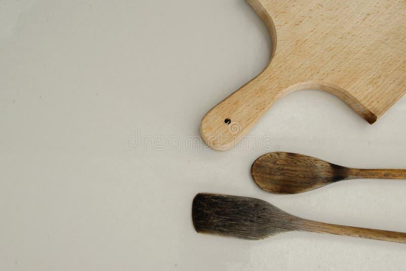 Odosobnione drewniane łyżki i ciapanie deska na białym tle zdjęcie royalty free