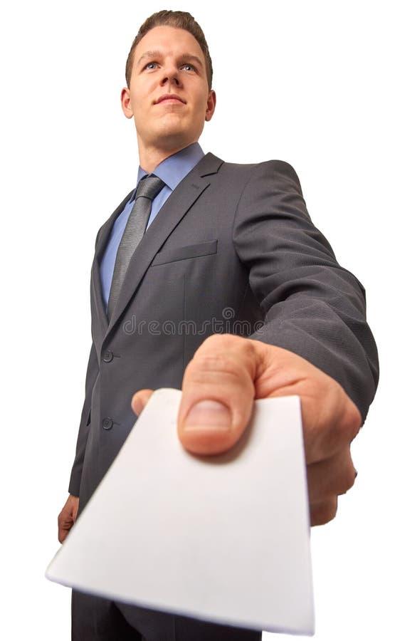 Odosobnione młode atrakcyjne pomyślne uśmiechnięte biznesmen ręki nad wizytówką Niskiego kąta strzał z kopii przestrzenią zdjęcia stock