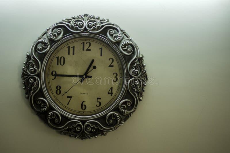 Odosobnionego Antycznego projektanta Ścienny zegar Z Jasnożółtego plecy czasu 12:45 Zmielonym pokazuje godziną i bezpłatny spac n obraz stock