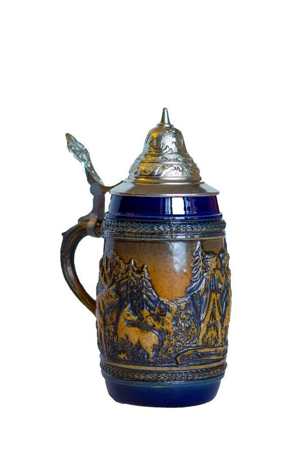 Odosobnionego tradycyjnego Niemieckiego metalu piwny kubek z deklem i rękojeścią z runa formierstwem i obrazem zdjęcie stock
