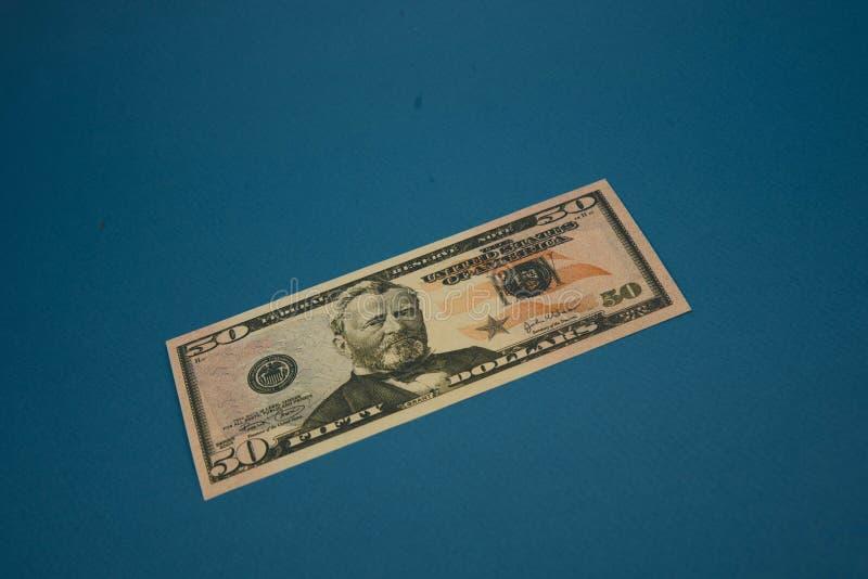 Odosobniony amerykanina pięćdziesiąt dolarowy rachunek na błękitnym tle zdjęcie royalty free