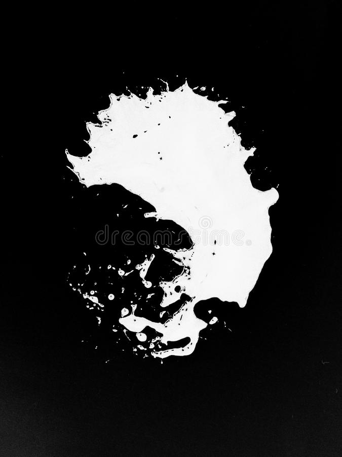 Odosobniony biały colour pluśnięcie na czarnym tle ilustracji