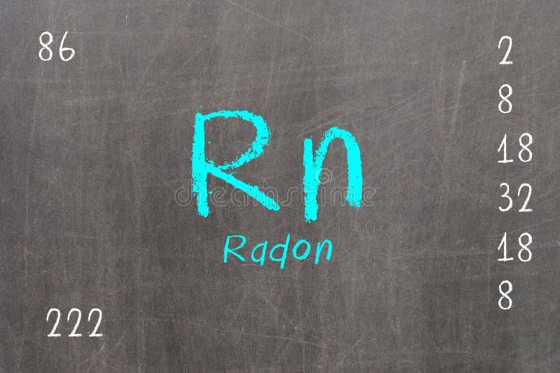Odosobniony blackboard z okresowym stołem, Radon royalty ilustracja