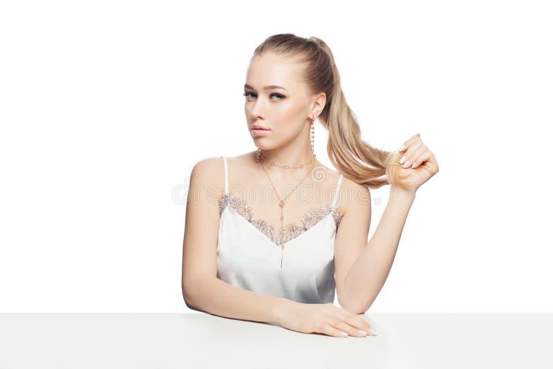 Odosobniony blondyn kobiety model z złotego łańcuchu kolią Piękna doskonalić dziewczyna odizolowywająca na białym tle fotografia royalty free