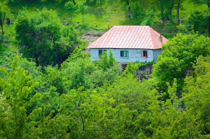 Odosobniony dom w górach zdjęcie royalty free