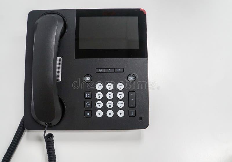 Odosobniony nowożytny IP telefon na bielu stole dla komunikaci w biurze zdjęcie stock