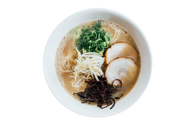 Odosobniony Odgórny widok Hakata stylu Shio Chashumen soli polewka wliczając kluski, pokrojonej barbecued wieprzowiny, flancy, ga obraz stock