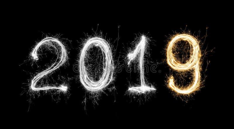 Odosobniony 2019 pisać z błyskotanie fajerwerkiem na czarnym tle, zdjęcia royalty free