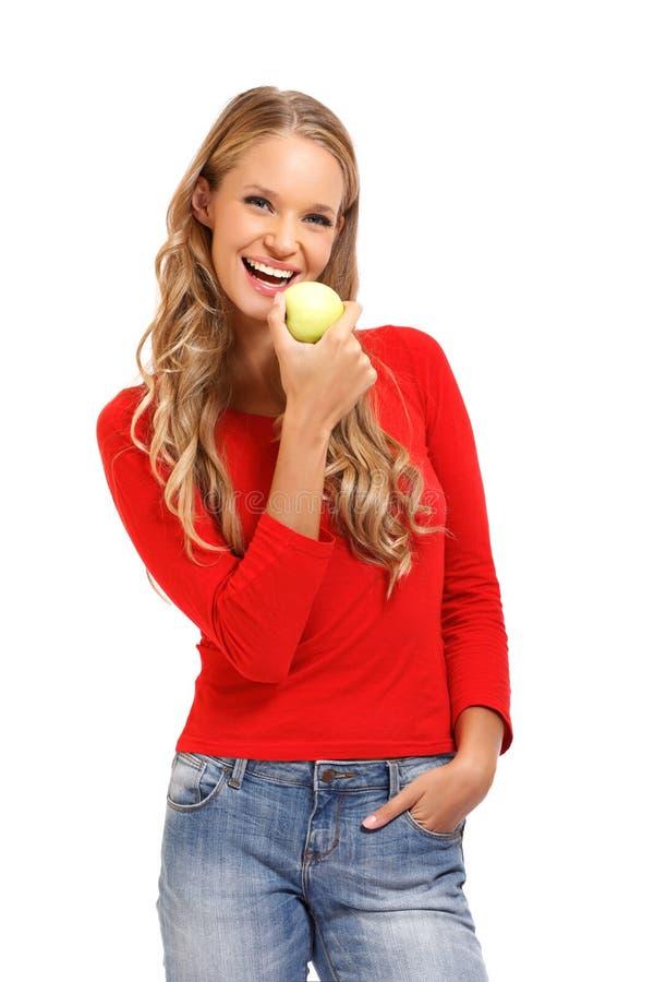 Odosobniony portret młodej kobiety łasowania jabłko obraz stock