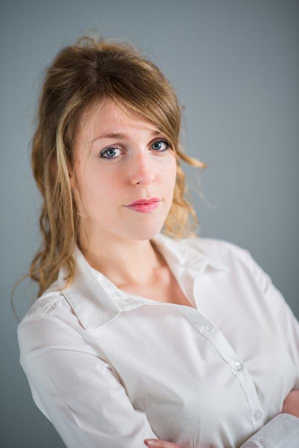 Odosobniony portret A rozochocona młoda biznesowa kobieta zdjęcia royalty free