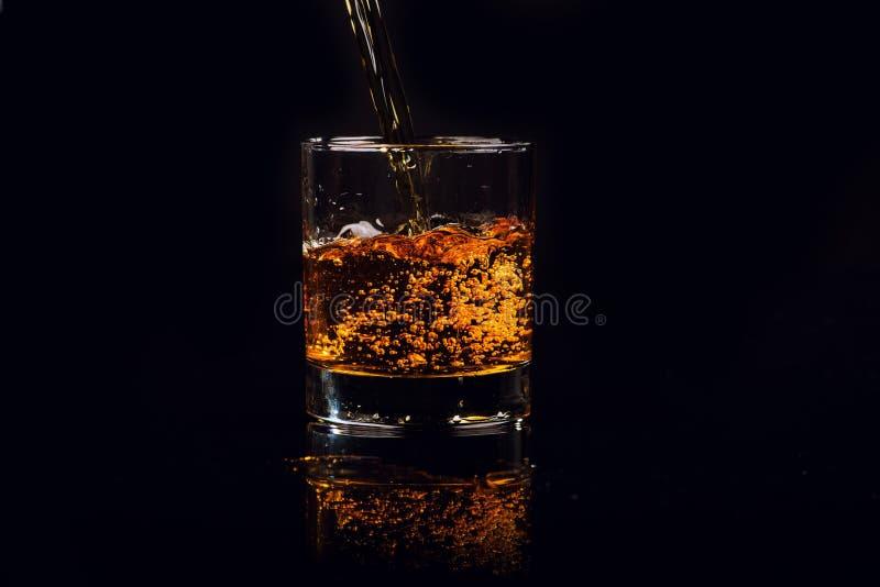 Odosobniony strzał whisky na drewnianym tle obraz stock