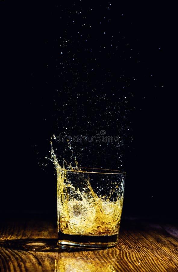 Odosobniony strzał whisky na drewnianym tle fotografia royalty free