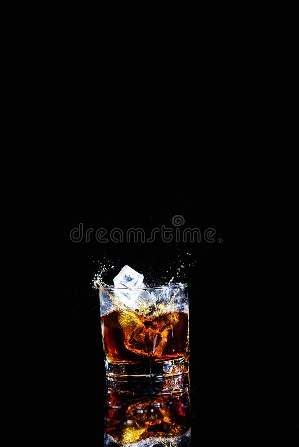 Odosobniony strza? whisky z plu?ni?ciem na czarnym tle fotografia royalty free