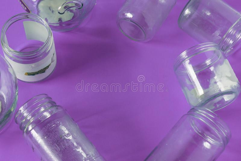 Odosobniony szkło zgrzyta, żadny dekla mieszkanie, fiołkowy purpurowy tło, kopia astronautyczny pokój zdjęcia royalty free