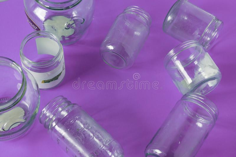 Odosobniony szkło zgrzyta, żadny dekla mieszkanie, fiołkowy purpurowy tło, kopia astronautyczny pokój zdjęcie stock