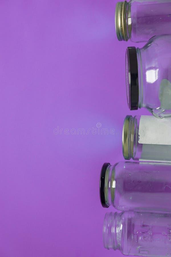 Odosobniony szkło zgrzyta, mieszkanie na fiołkowym purpurowym tło pokoju, kopii przestrzeń na lewicie fotografia stock