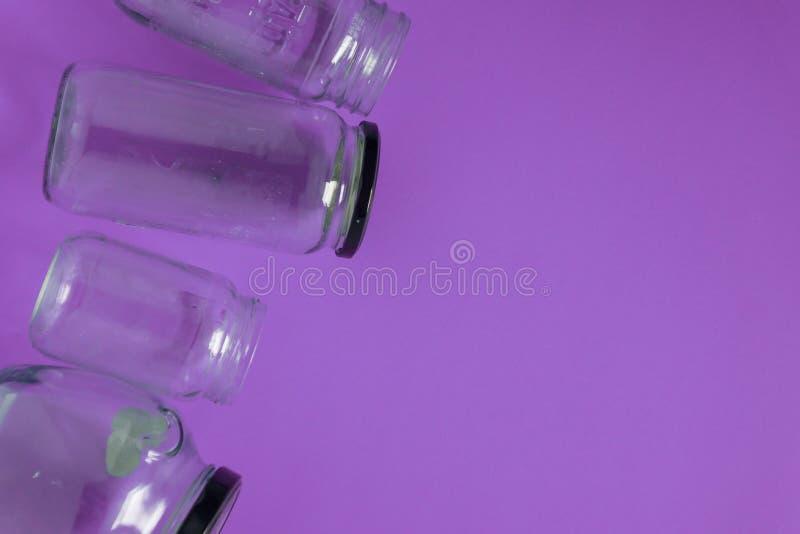 Odosobniony szkło zgrzyta, mieszkanie na fiołkowym purpurowym tle, pokój kopii przestrzeni dobro fotografia royalty free