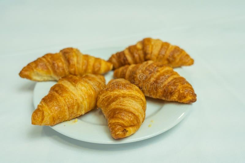 Odosobniony talerz bufiasty croissant na bielu talerzu dla śniadania obrazy royalty free