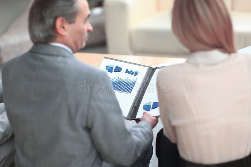 odosobniony tylni widok biel biznesowa para dyskutuje pieniężną mapę zdjęcie stock