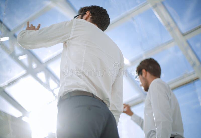 odosobniony tylni widok biel biznesowi koledzy stoi w nowym biurze zdjęcia stock