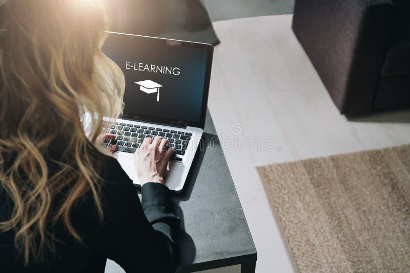 odosobniony tylni widok biel Młoda kobieta pracuje na laptopie z inskrypcją na parawanowym nauczaniu online i wizerunku kwadratow zdjęcie stock