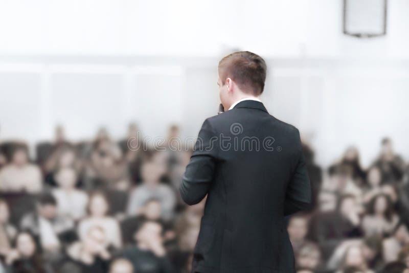 odosobniony tylni widok biel młody biznesmen przy biznesową konferencją z jawnym raportem zdjęcie stock