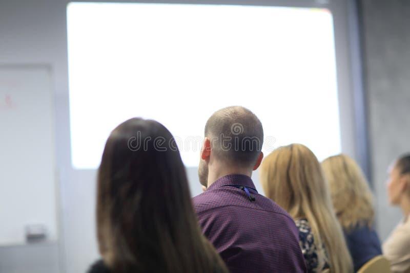 odosobniony tylni widok biel tło wizerunek widownia w sali konferencyjnej zdjęcie royalty free