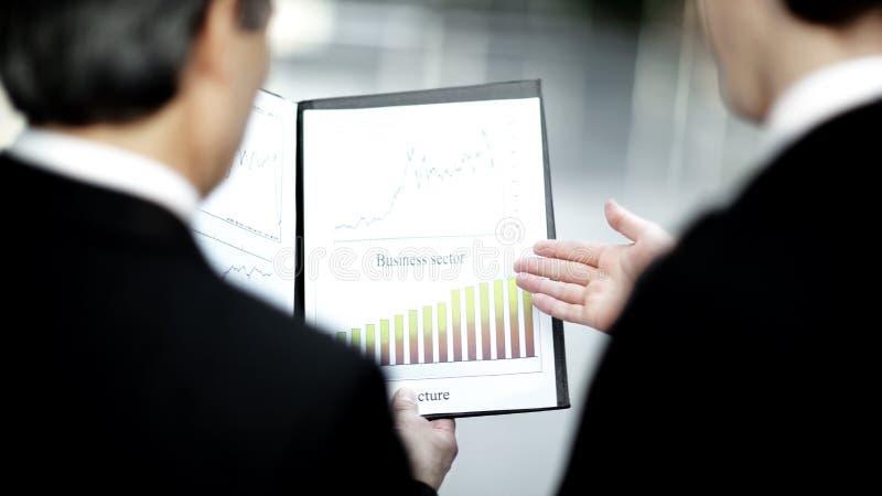 odosobniony tylni widok biel zbliżenie partnery biznesowi dyskutuje pieniężnego doc zdjęcie royalty free