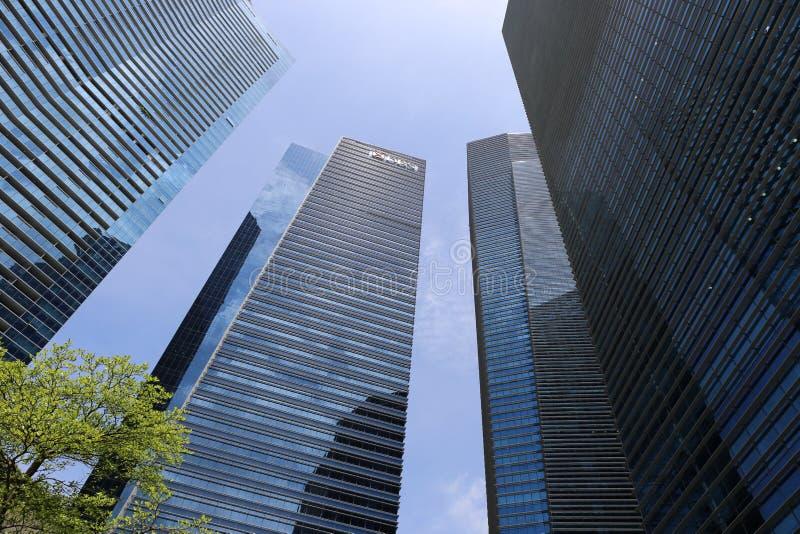 Odosobniony wśród wysokich nowożytnych budynków w Singapore zdjęcia royalty free