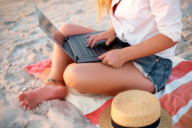Odosobniony widok pracuje z laptopem na dennym brzeg autentyczna kobieta Freelancer dziewczyny telecommuting z drużyną na tropika obraz royalty free
