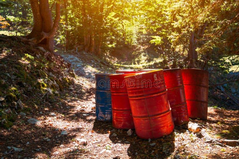 Odpad toksyczny baryłki w lesie obrazy royalty free