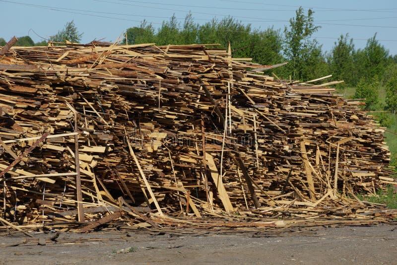 Odpady od piłowanie bel sterty cienkich desek jałowy drewniany składować zdjęcia royalty free
