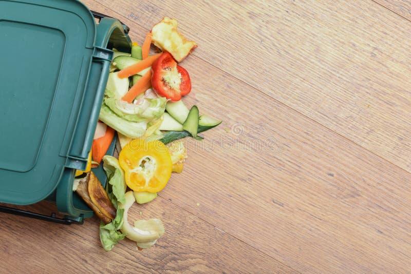 Odpady spożywcze z kuchni domowej Odpowiedzialne usuwanie odpadów żywnościowych z gospodarstw domowych w sposób przyjazny dla śro zdjęcia royalty free