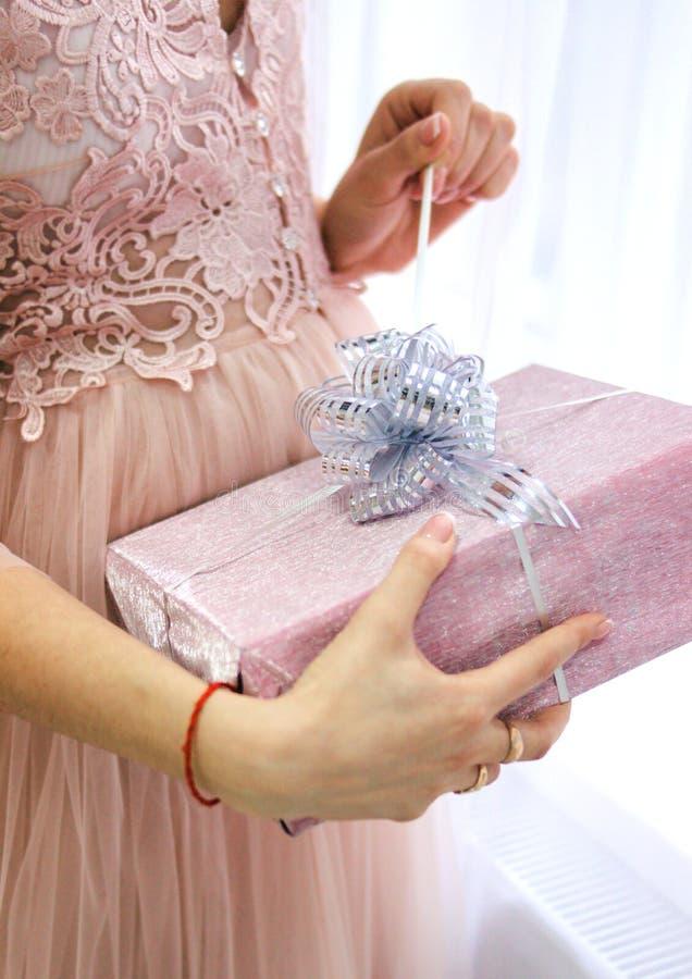 Odpakowywać prezent dla nowego roku, boże narodzenia fotografia stock