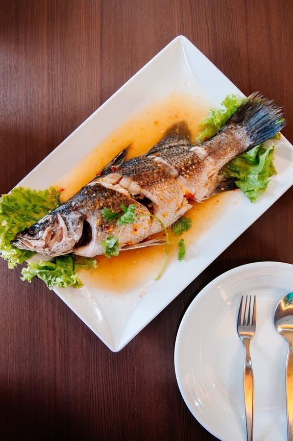 Odparowana fotograf ryba z wapno korzennym kumberlandem Krapong Nueng Manow lub śliwkami - Odgórnego widoku strzał obraz royalty free