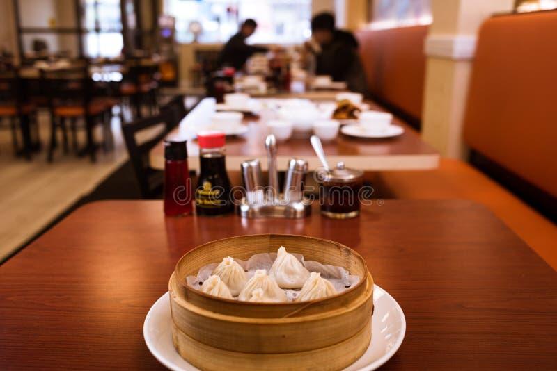 Odparowane kluchy w Chińskiej restauraci zdjęcia stock
