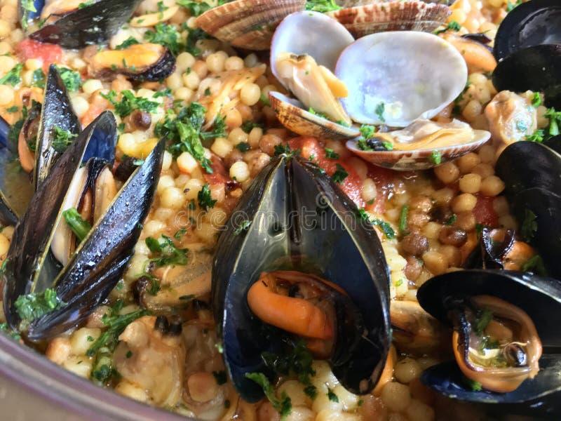 Odparowani Mussels w Wyśmienitym owoce morza makaronu naczyniu fotografia royalty free