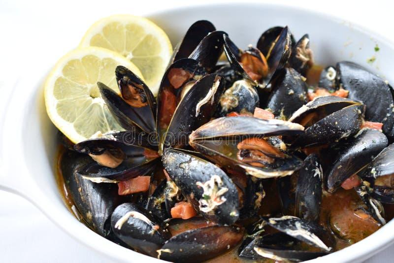 Odparowani Mussels z bia?ego wina czosnku kumberlandem zdjęcia royalty free
