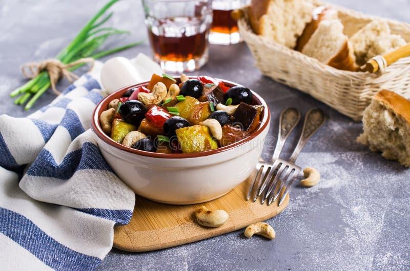 Odparowani warzywa z oliwkami obraz stock