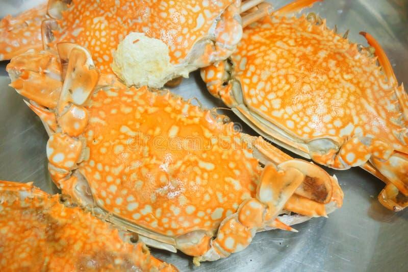 Odparowany Błękitny krab w metalu garnku obraz royalty free