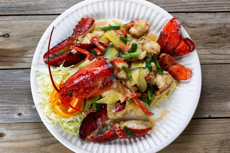 Odparowany cały homar i garnirunki na białym porcja talerzu przygotowywającym fotografia royalty free
