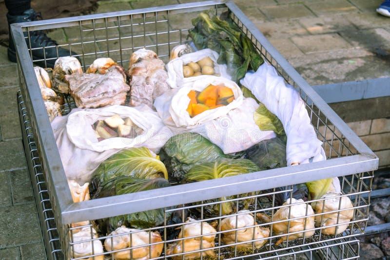 Odparowany hangi jedzenie: mięso i warzywa gotujący w tradycyjnym obraz royalty free