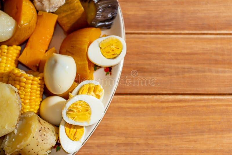 Odparowany jedzenie Typowy jedzenie Ameryka Południowa dzwonił puchero układa na nieociosanym stole obraz stock
