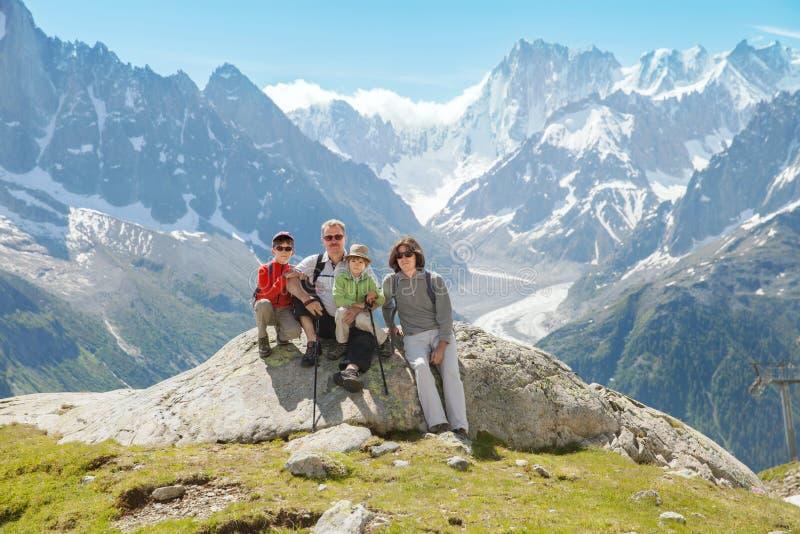 Odpoczynek na lato górze rodziny dziad, ojciec i dwa chłopiec (,) obrazy royalty free