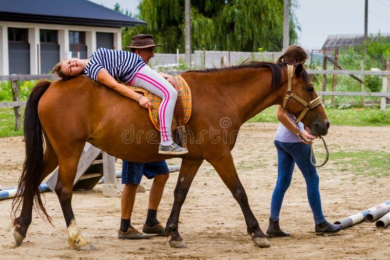 Odpoczynek w lat dzieci ` s equestrian obozie w Ukraina obrazy stock