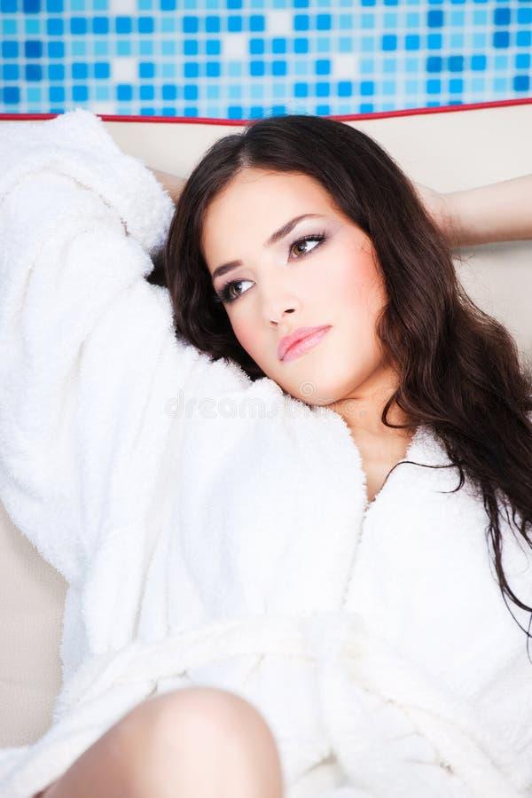 odpoczynkowa bathrobe biała kobieta obraz stock