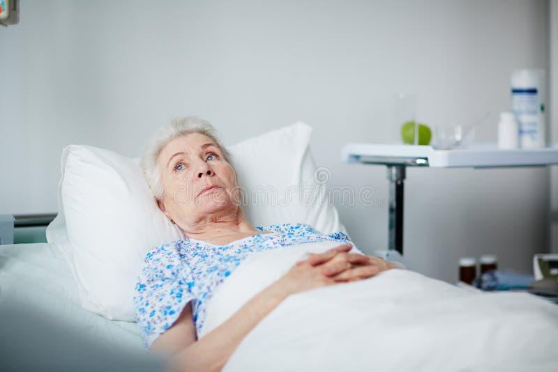 Odpoczynkowa Starsza kobieta w klinice fotografia stock