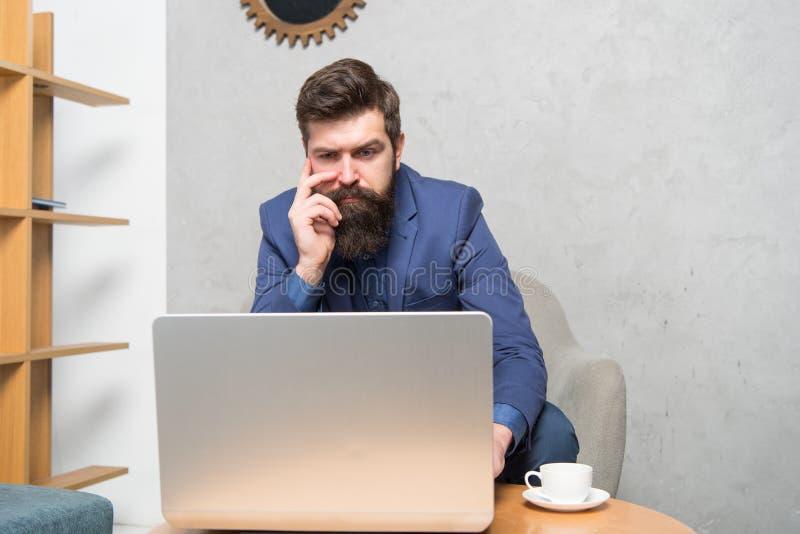 Odpowiada? biznesowego emaila surfing internetu Kierownik projektu Cyfrowego biznes Pieni??na konsultacja Bankowiec lub zdjęcie royalty free