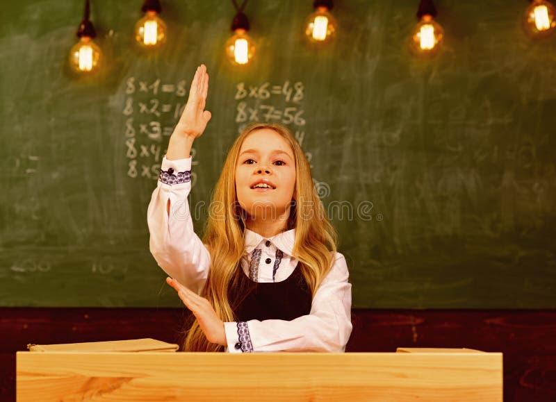 odpowiedź znam odpowiedź odpowiedź jakaś pytanie dziewczyna chwyt podnosił rękę ponieważ zna odpowiedź zdjęcia stock