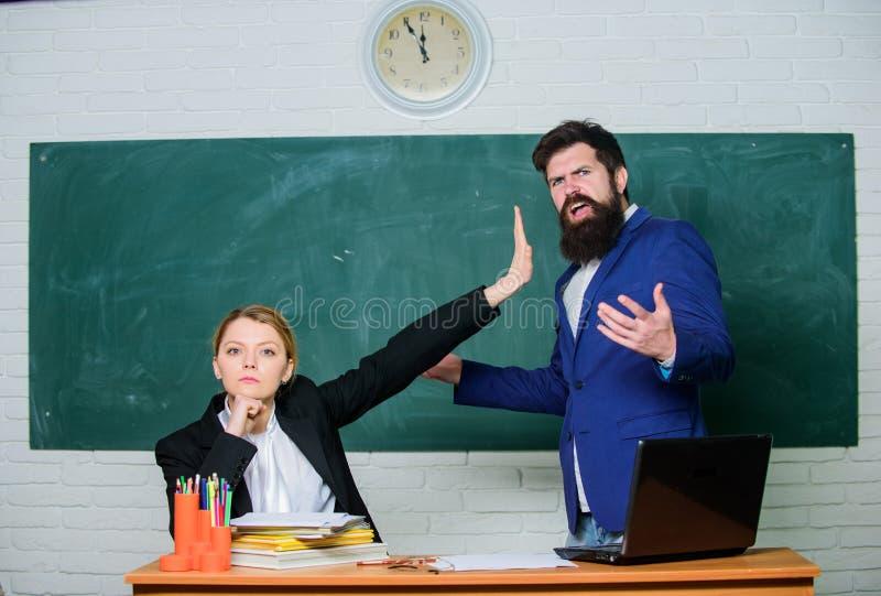 Odprawiaj?cy sprzeciw Nauczyciel i rodzic Zatrzymuje opowiada? ja Krytyka i sprzeciwu poj?cie Nauczyciel chce mężczyzny obraz royalty free